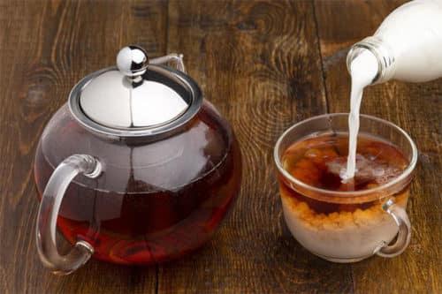 молоко наливаем в чай